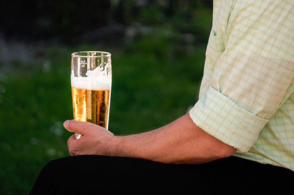 Bierglas dreiviertel voll