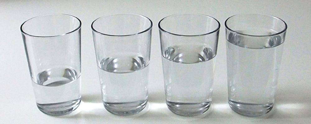 Unterschiedlich gefüllte gleiche Gläser als Metapher für Qualitätsunterschied